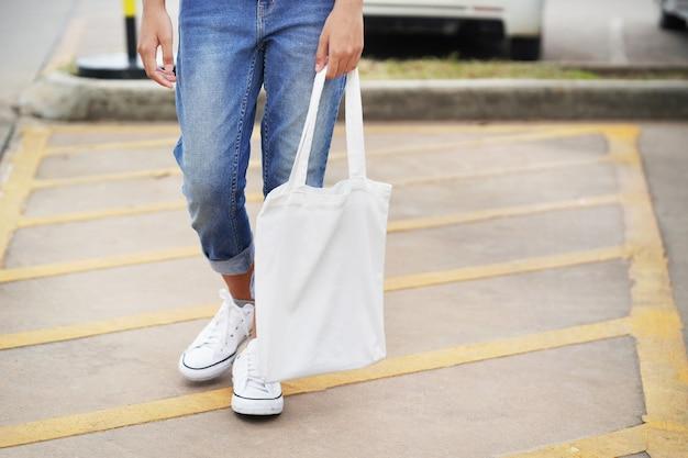 Mulher segura, tecido branco, saco, em, parque