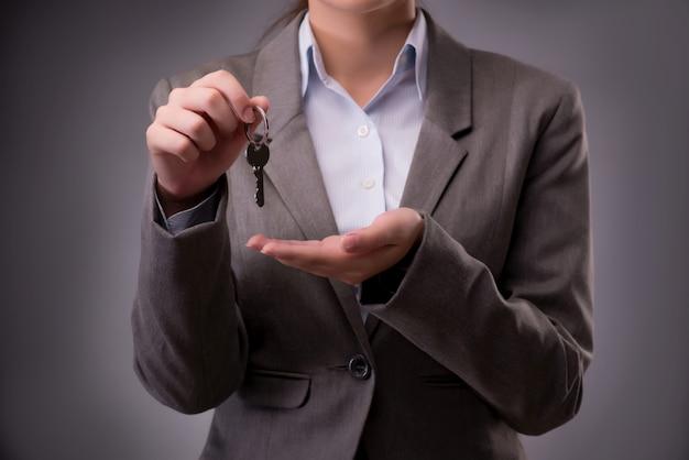 Mulher segura, teclas, em, hipoteca carcaça
