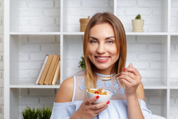 Mulher segura, tigela cereal, e, granola