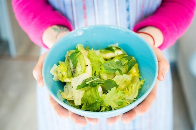 Mulher segura, tigela, com, salada