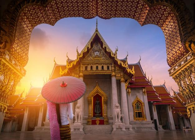 Mulher segura, tradicional, guarda-chuva vermelho, ligado, a, mármore, templo