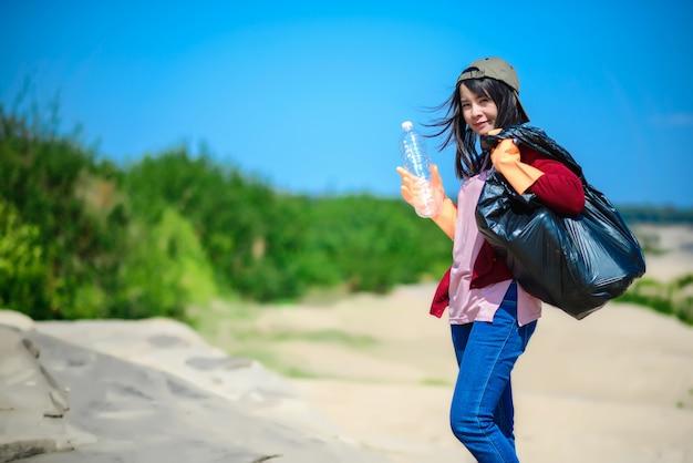 Mulher segura, um, bolsa preta Foto Premium
