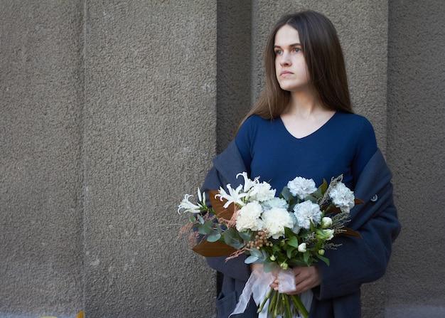 Mulher segura um buquê de flores