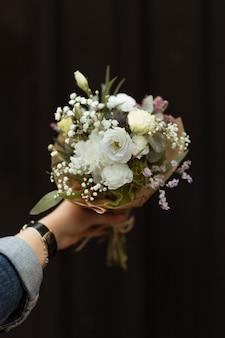 Mulher segura, um, buquê flores