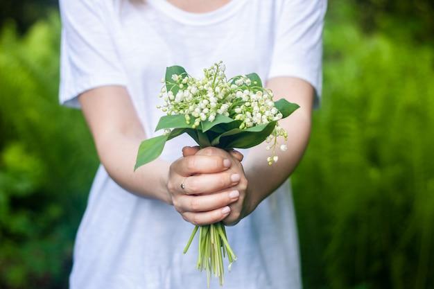 Mulher segura, um, buquet, de, lilly, de, vale, flores