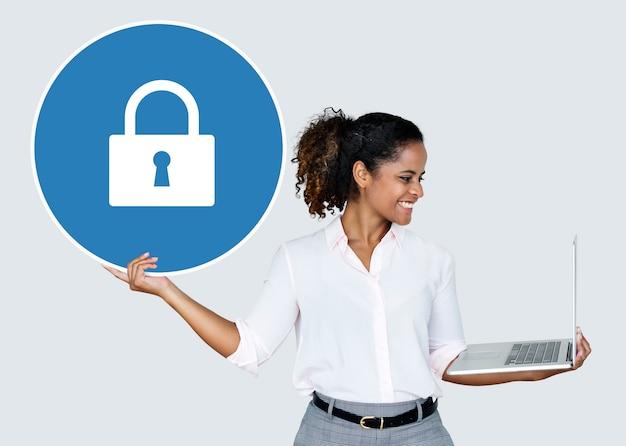 Mulher segura, um, cadeado, e, um, laptop