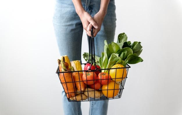 Mulher segura, um, cesta, de, legumes