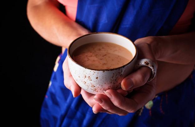 Mulher segura, um, copo, de, masala, chá