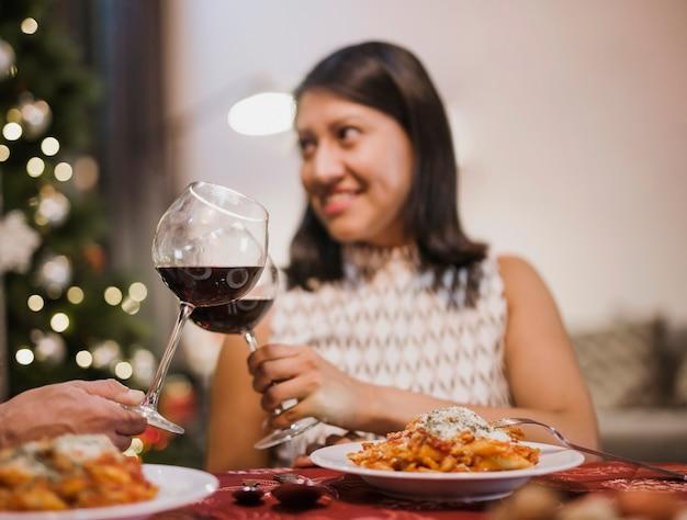 Mulher segura um copo de vinho