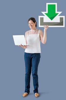 Mulher segura, um, download, ícone, e, um, laptop