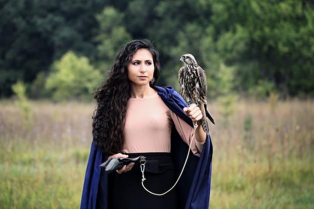 Mulher segura um falcão