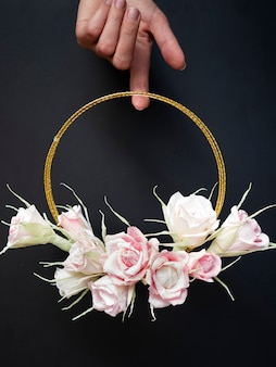 Mulher segura, um, floral, quadro, ligado, experiência preta