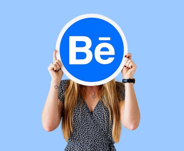 Mulher segura, um, logotipo, de, behance