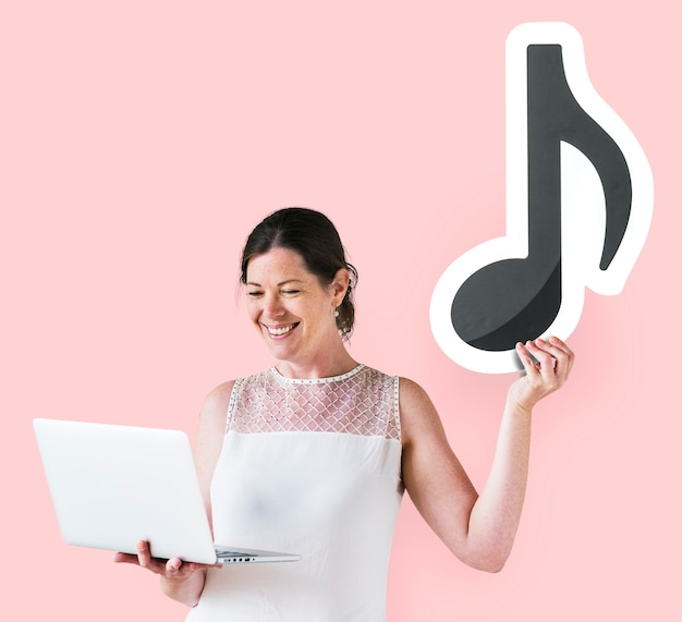 Mulher segura, um, nota musical, e, um, laptop