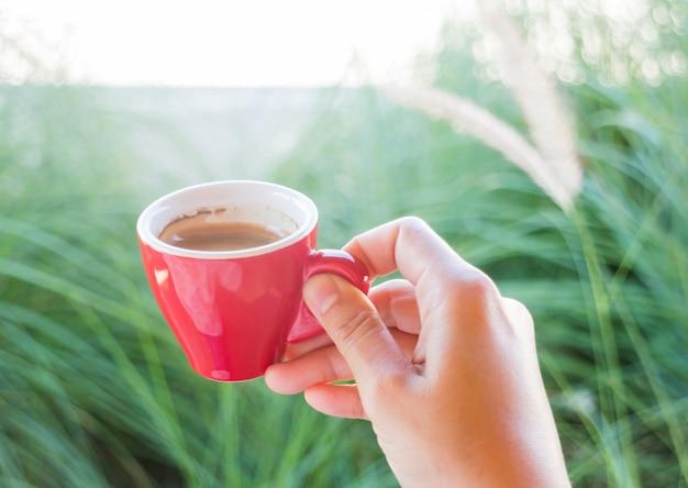 Mulher segura, um, vermelho, xícara café, (vintage, estilo, color)