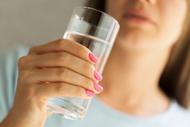 Mulher segura, um, vidro água, close-up