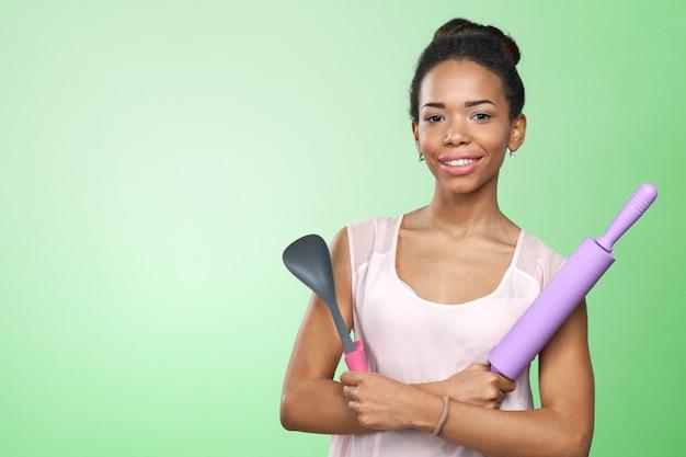 Mulher segura, utensílios cozinha