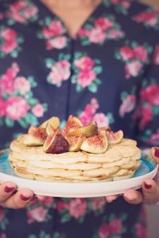 Mulher segura, waffles doces