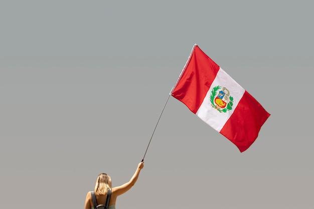 Mulher segurando a bandeira do peru