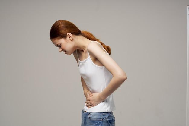 Mulher segurando a barriga problemas de saúde ginecologia menstruação medicina saúde