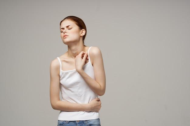 Mulher segurando a barriga problemas de saúde