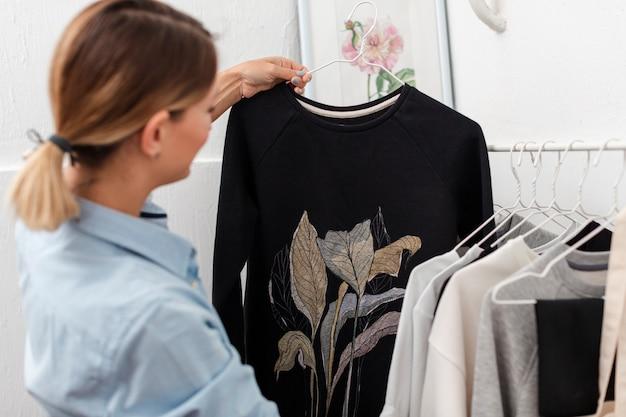 Mulher segurando a blusa na moda