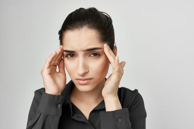 Mulher segurando a cabeça dele com depressão, problemas de saúde