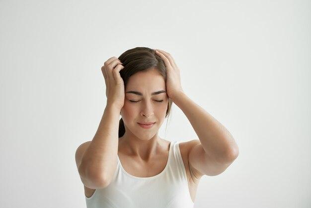 Mulher segurando a cabeça, depressão, enxaqueca, dor