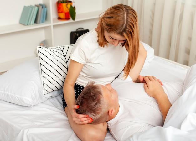 Mulher segurando a cabeça do namorado no colo