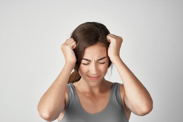 Mulher segurando a cabeça, problemas de saúde, descontentamento, enxaqueca