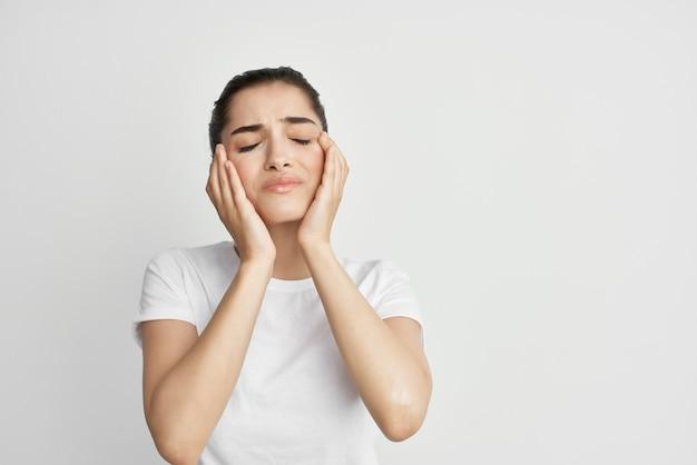 Mulher segurando a cabeça, problemas de saúde, tratamento para depressão