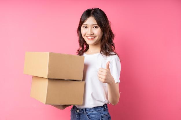 Mulher segurando a caixa de carga e sorrindo feliz