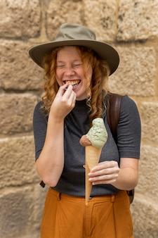 Mulher segurando a casquinha de sorvete