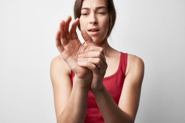 Mulher segurando a mão, dor nas articulações, dedos, tratamento, problemas de saúde