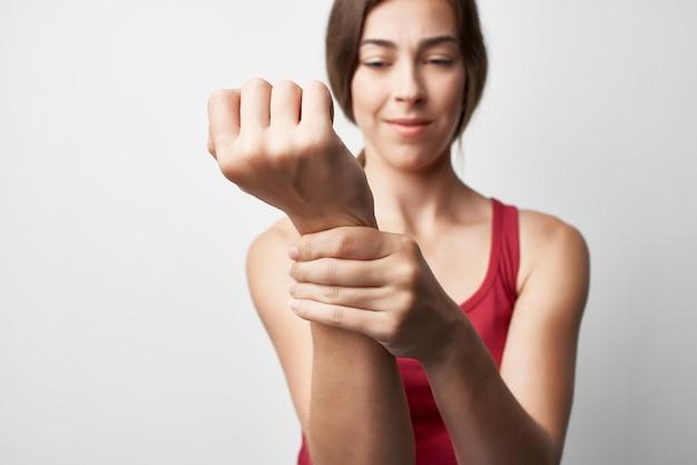 Mulher segurando a mão, dor, problemas de saúde, remédio, tratamento