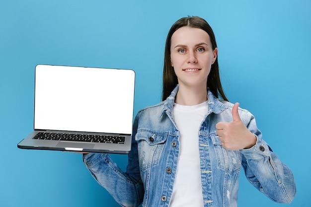 Mulher segurando a mão usando laptop com o polegar para cima