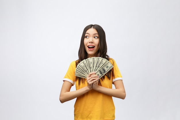 Mulher segurando a nota de dinheiro do banco. modelo muito jovem mostrando dinheiro