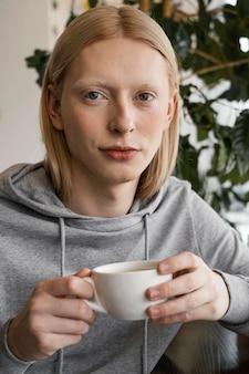 Mulher segurando a xícara