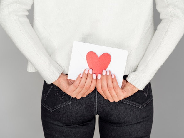 Mulher segurando amor envelope vista traseira