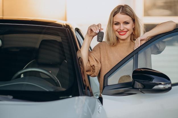 Mulher segurando as chaves de seu carro novo