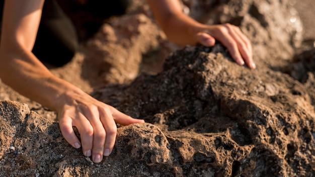 Mulher segurando as mãos no chão