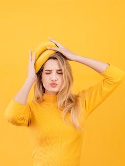 Mulher segurando bananas na cabeça