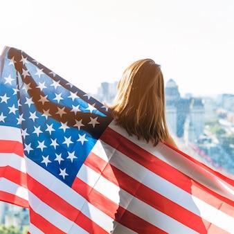 Mulher segurando bandeira dos eua