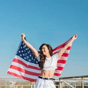 Mulher segurando bandeira grande eua