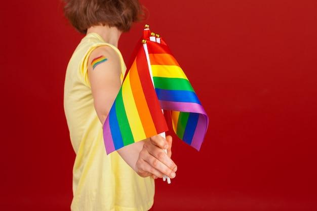 Mulher segurando bandeira lgbt