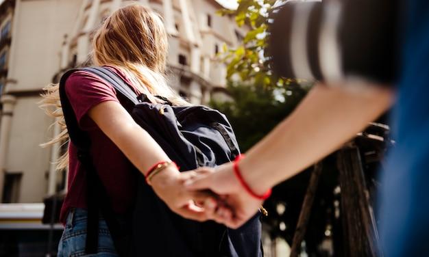 Mulher, segurando, boyfriend's, mão, viajando