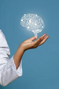 Mulher, segurando, brilhante, cérebro, holograma
