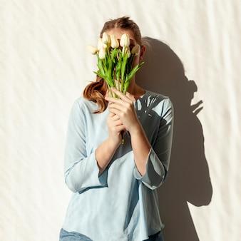 Mulher segurando buquê de tulipa