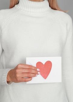 Mulher segurando coração envelope estúdio tiro