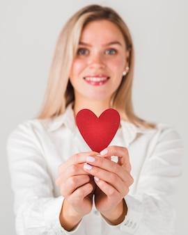 Mulher segurando coração para dia dos namorados